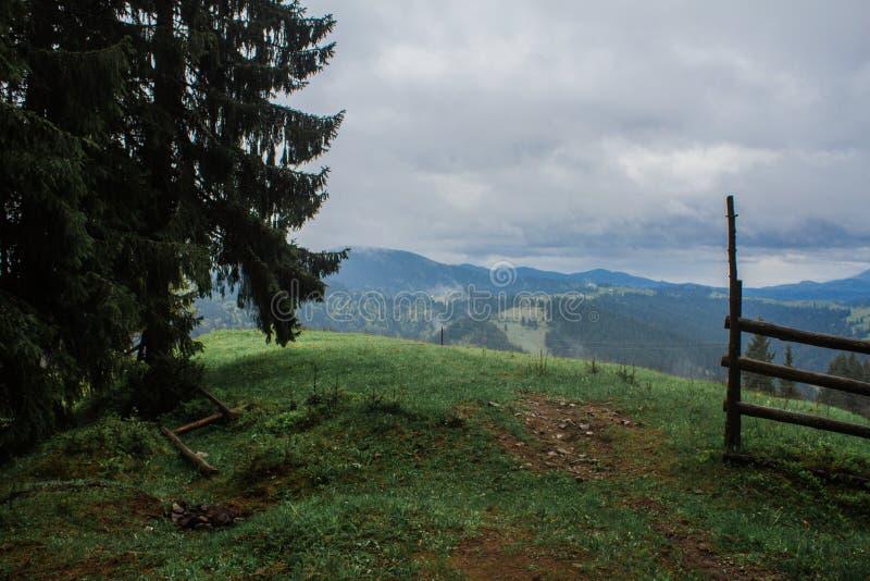 Ranek rosy mgły słońca promienie w górach zdjęcie royalty free