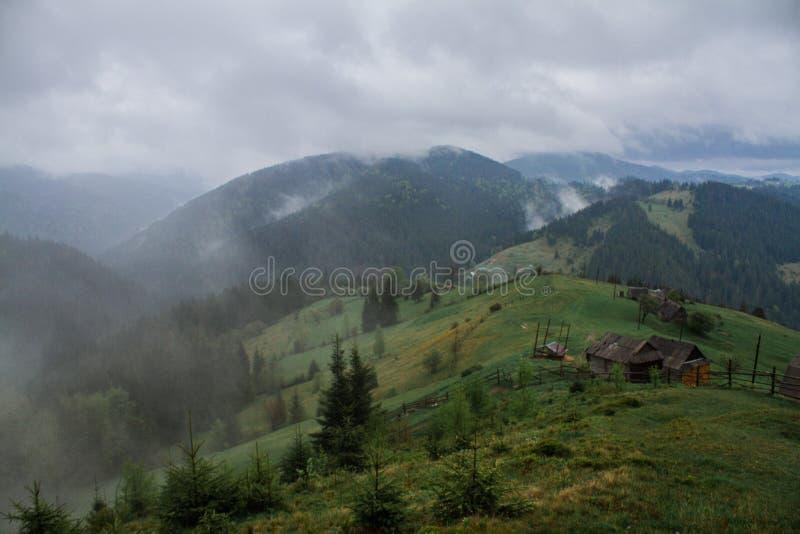 Ranek rosy mgły słońca promienie w górach fotografia royalty free