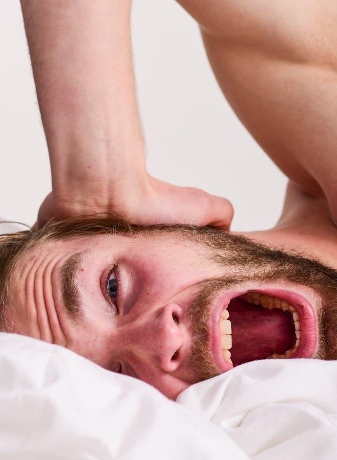 Ranek rutyny porady podnoszący na duchu całodniowy Obsługuje przystojnego faceta kłaść w łóżku w ranku Porady na dlaczego budzić  zdjęcie royalty free
