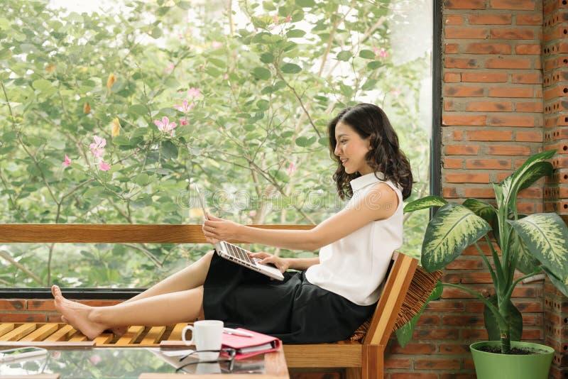 Ranek scena pisze na notatniku obok okno w kawiarni m?odej kobiety prawa r?ka Freelance pracuj?cy styl ?ycia zdjęcie royalty free