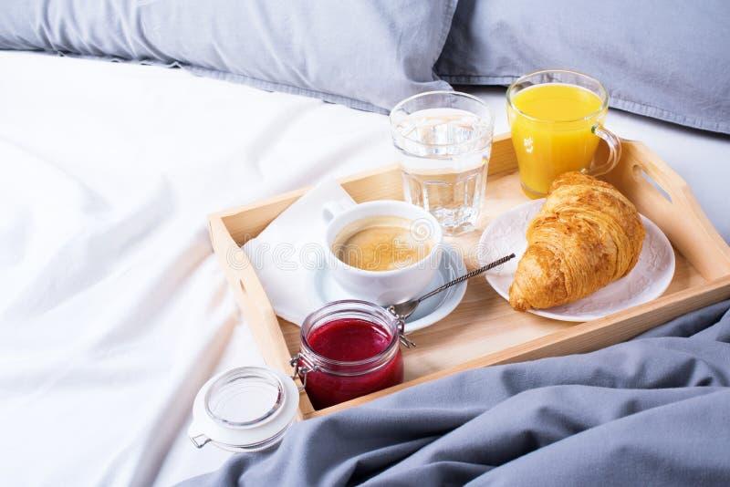Ranek tacy kawy śniadaniowy łóżkowy drewniany croissant obraz royalty free