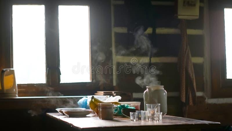 Ranek Ustawiający talerze, filiżanki i herbata, zdjęcia stock
