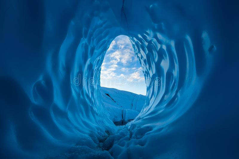 Ranek w Alaskim pustkowiu Chmury widzieć przy wschód słońca z wewnątrz wielkiej błękitnej lodowej jamy na Matanuska lodowu obraz royalty free