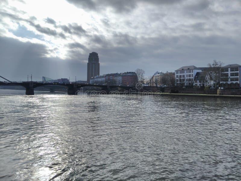 Ranek w Frankfurt magistrala - jest - zdjęcie stock