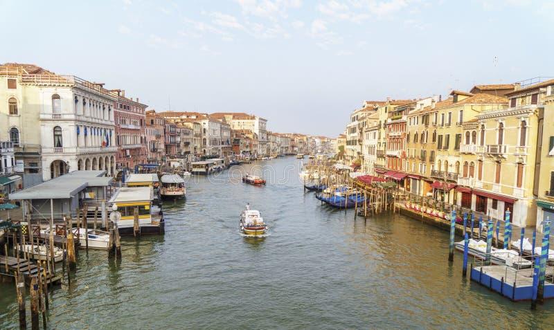 Ranek w Wenecja: łodzie i jaskrawi budynki na kanał grande obrazy stock