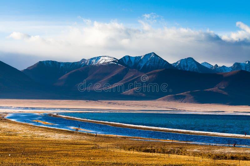 Ranek w Zhaxi wyspie Nam Co jeziorem zdjęcia stock