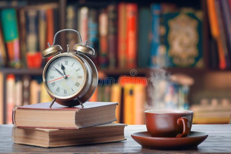Ranek z gorącą herbatą i książkami obrazy stock