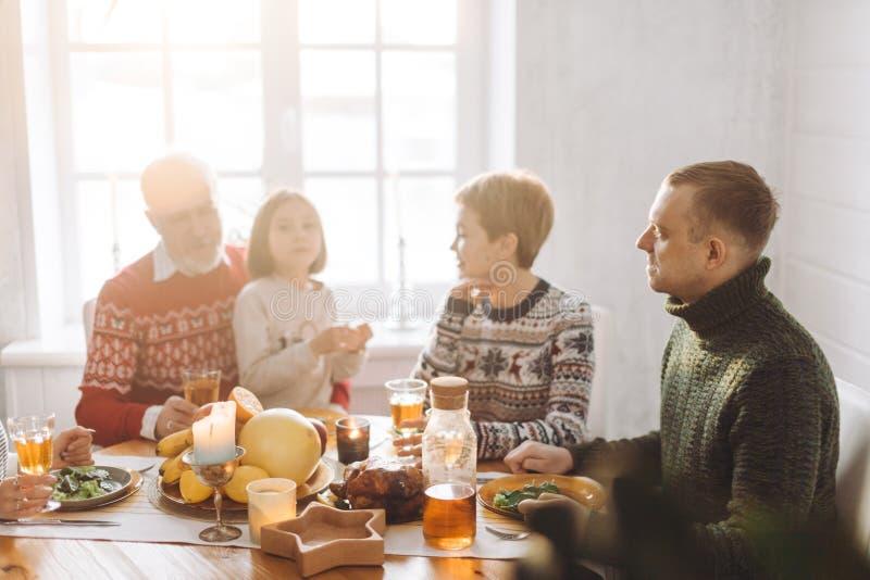 Ranek z krewnymi idealny rodzicielstwo zdjęcie royalty free