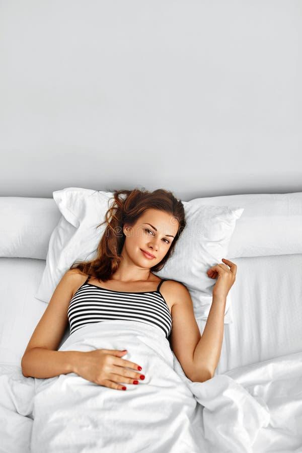 Ranek Zdrowa kobieta Po Budził Się Relaksować W łóżku wellness fotografia stock