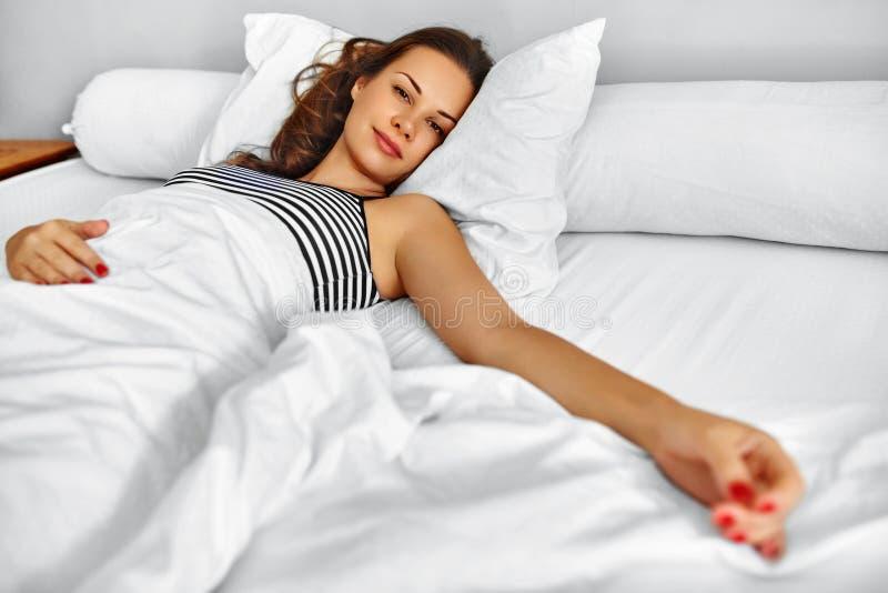 Ranek Zdrowa kobieta Po Budził Się Relaksować W łóżku wellness zdjęcie royalty free
