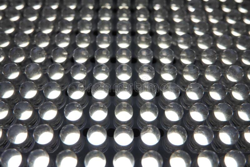 Rangée blanche d'ampoules de LED étroite dans les rangées et les colonnes photographie stock