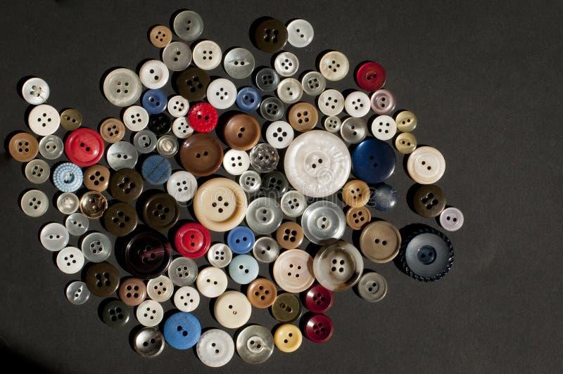 Rangée colorée de boutons dispersés images stock