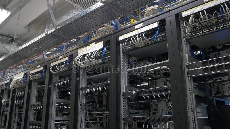 Rangée d'installation de mineurs de bitcoin sur les shelfs de câble Ordinateur pour l'exploitation de Bitcoin Prise de câbles à l photos stock