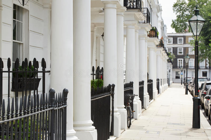Rangée de belles maisons edwardian blanches, Londres photographie stock