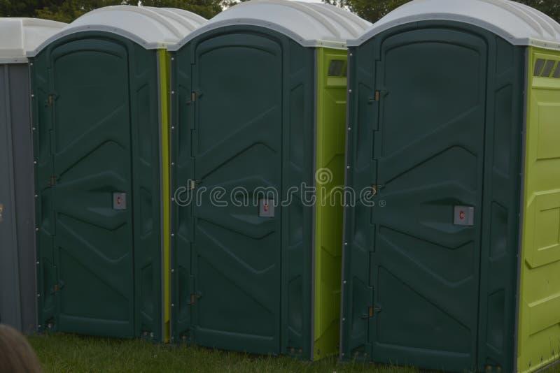 Rangée de bio toilettes vertes mobiles dehors photographie stock