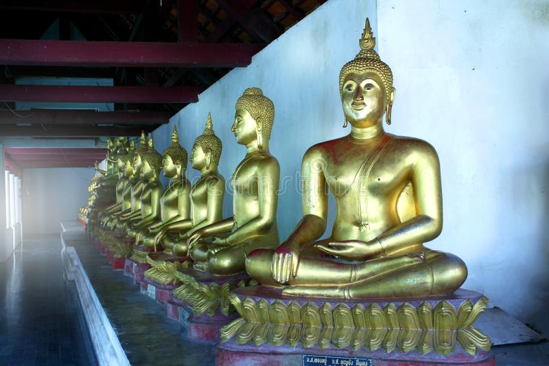 Rangée de Buddhas posé au temple images libres de droits