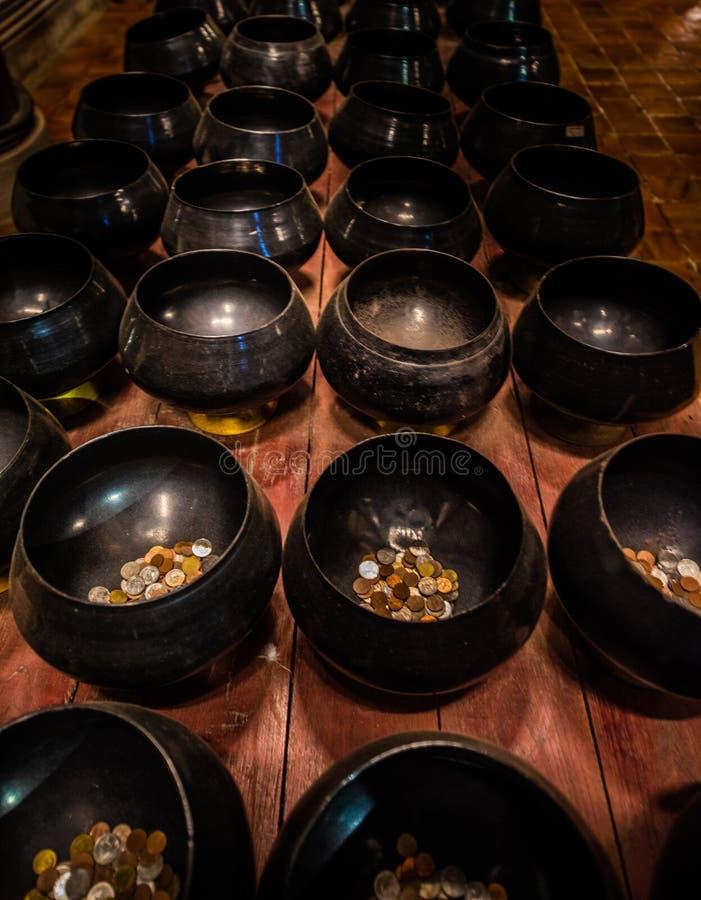 Rangée de cuvettes d'aumône des cuvettes de offre traditionnelles images stock
