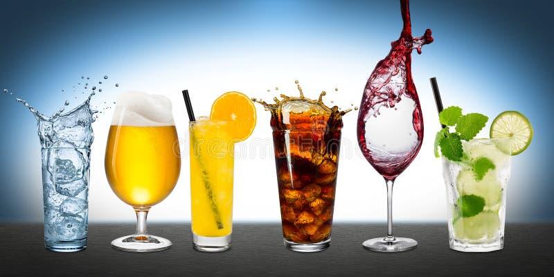 Rangée de diverses boissons photographie stock