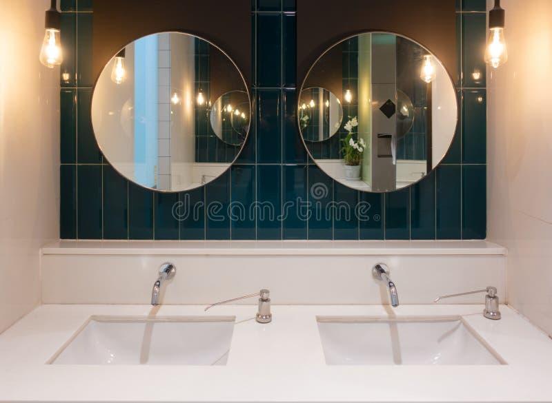 Rangée de lavabo en céramique de marbre moderne dans la toilette publique, toilettes dans le restaurant ou hôtel ou centre commer photographie stock