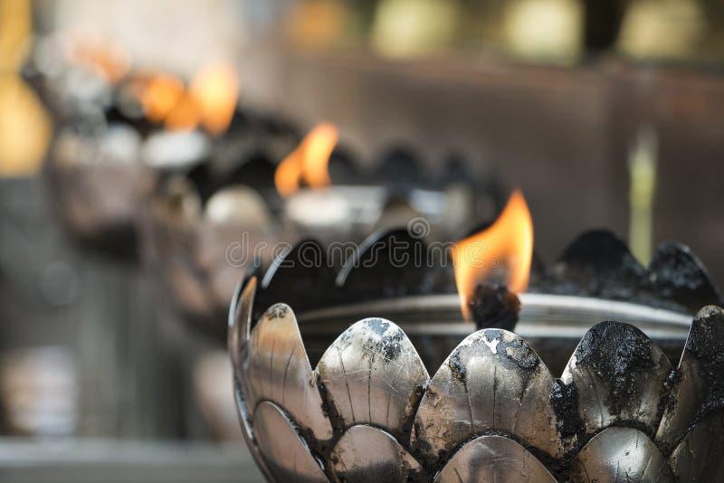 Rangée de lumière d'huile dans le temple photos stock