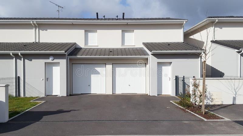 Rangée de nouvelles maisons de ville de terrasses identiques maisons images stock
