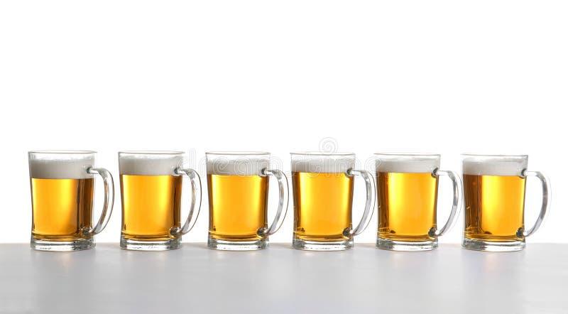 Rangée de pleines tasses de bière photos libres de droits