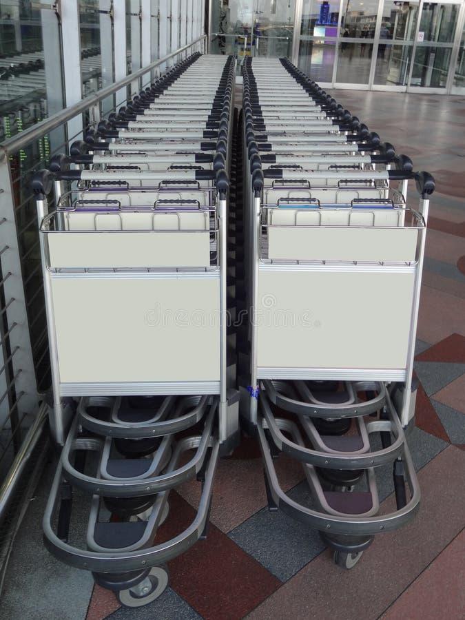 Rangée de station de chariots de chariot à bagage d'aéroport à l'avant de porte d'entrée d'aéroport photographie stock