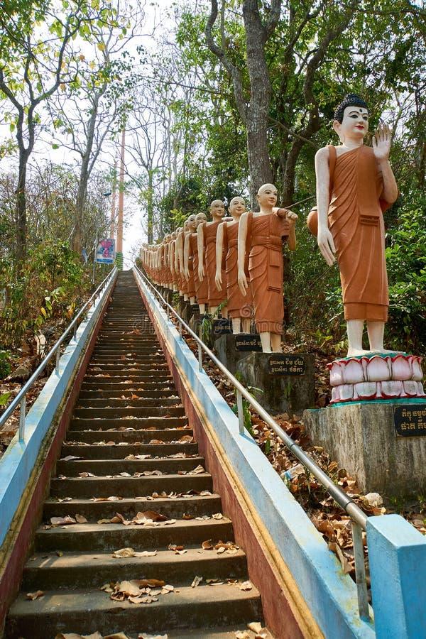 Rangée de statue orange de Bouddha, pagoda de Sambok photos libres de droits
