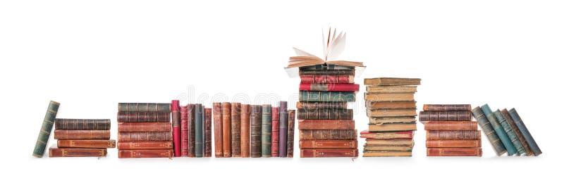 Rangée de vieux livres d'isolement sur blanc avec le chemin de coupure photographie stock libre de droits