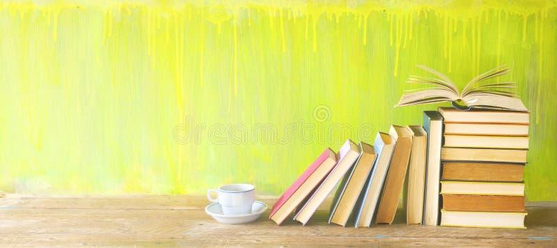 Rangée de vieux livres et d'une tasse de café sur des étagères à livres rustiques photographie stock libre de droits