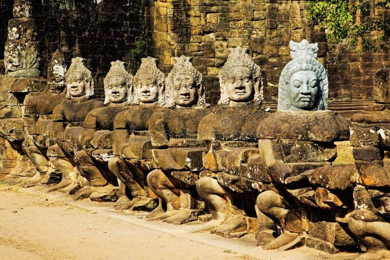 Rangée des asuras, ou démons, chez Angkor Thom Cambodia photographie stock libre de droits