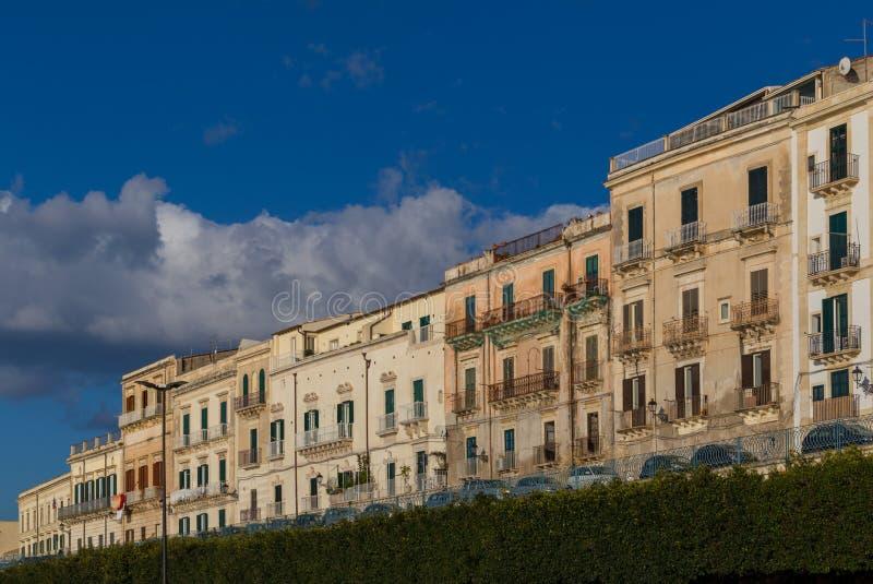 Rangée des bâtiments à la promenade de bord de mer dans Ortygia photos stock