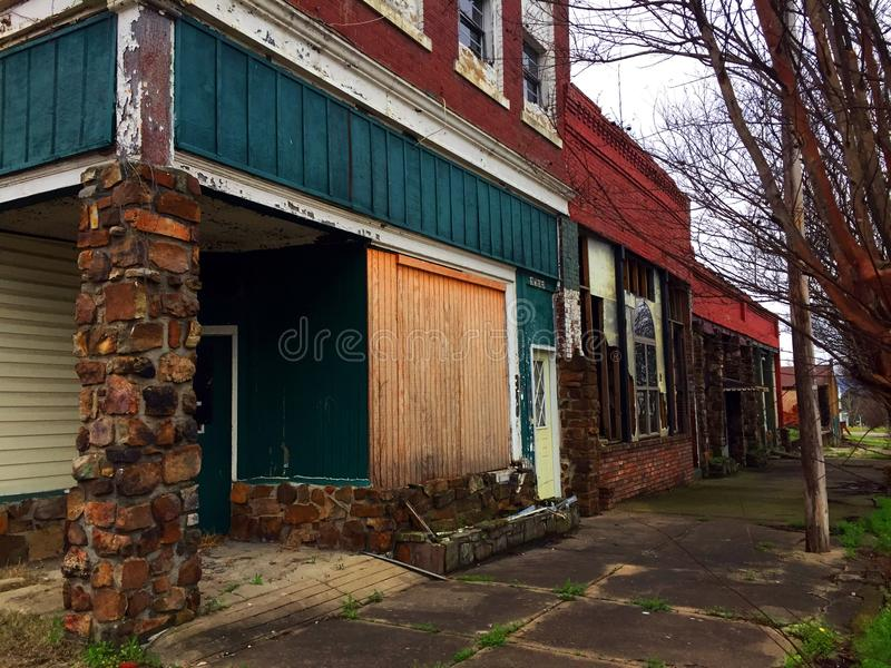 Rangée des bâtiments délabrés photos stock