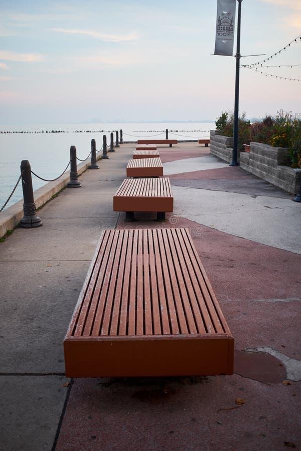 Rangée des bancs vides sur le pilier de marine, Chicago photo libre de droits