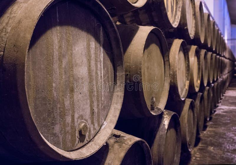 Rangée des barils de vin en bois empilés pour le vieillissement de xérès photographie stock