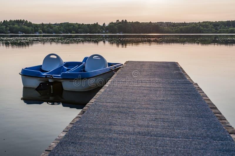 Rangée des bateaux bleus de pédale photographie stock libre de droits