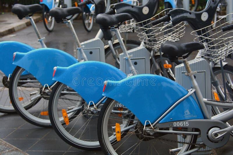 Rangée des bicyclettes publiques au Luxembourg photo stock