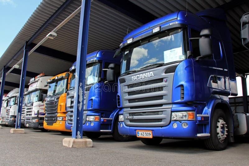 Rangée des camions de Scania dans le stockage de véhicule photos stock