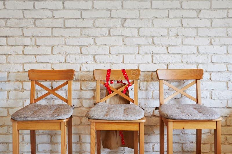 Rangée des chaises avec une rouge Offre d'emploi Direction d'affaires Concept de recrutement images stock
