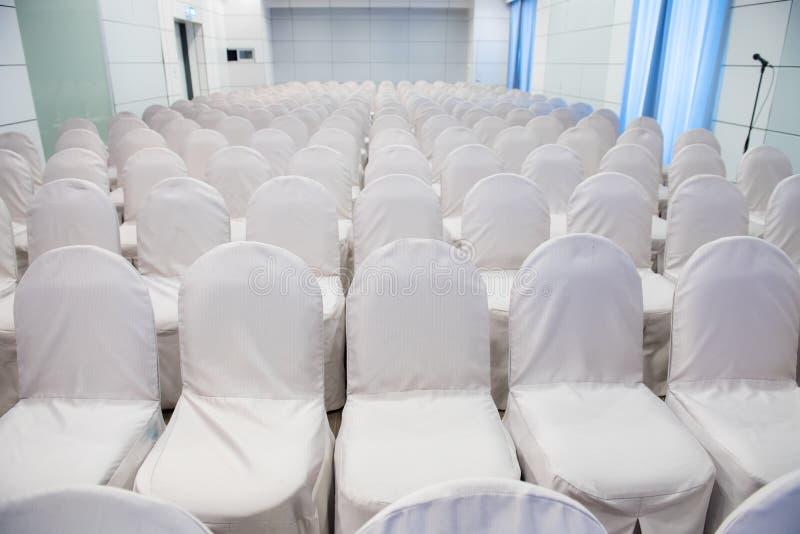 Rangée des chaises blanches vides pour l'événement de réunion d'affaires images libres de droits