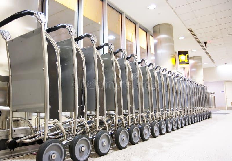 Rangée des chariots de bagage