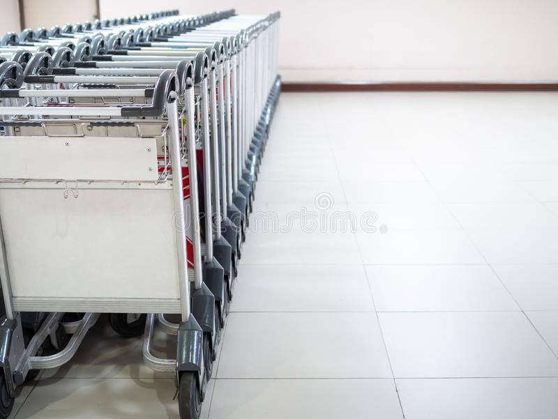 Rangée des chariots de bagage d'aéroport dans le terminal d'aéroport photographie stock