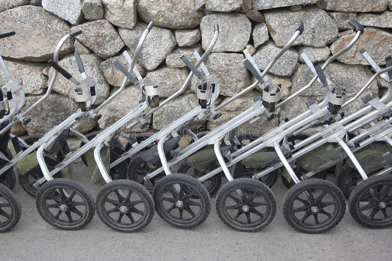 Rangée des chariots de traction de golf photos stock
