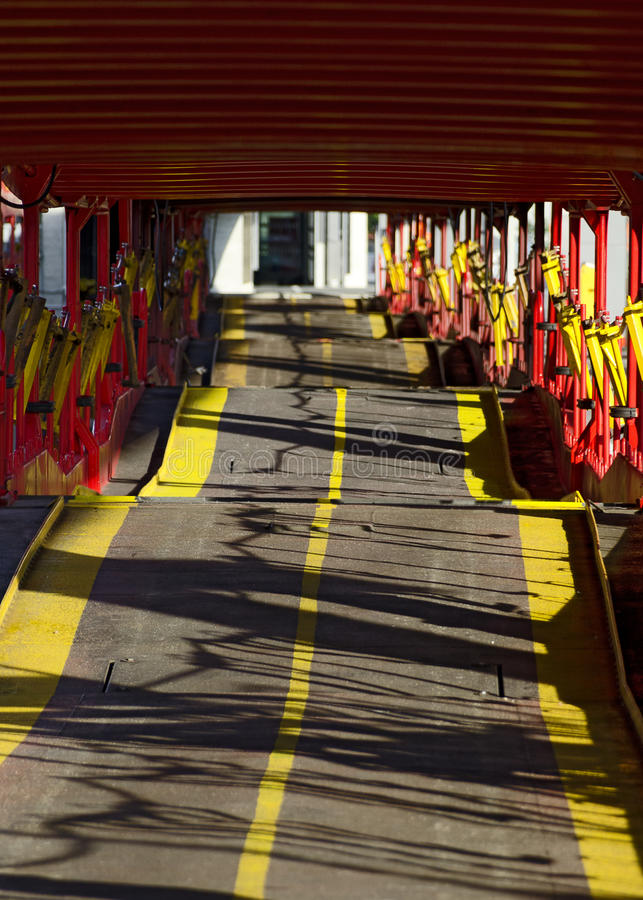 Rangée des chariots vides de train de voiture images libres de droits