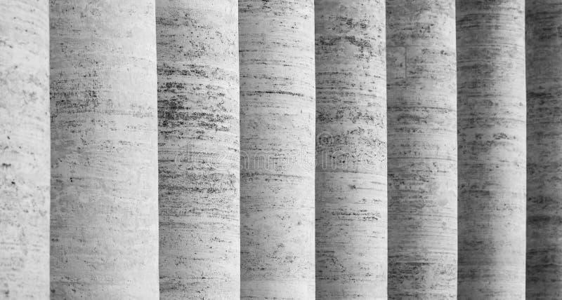 Rang?e des colonnes blanches de travertin Colonnade de St Peters Square ? Ville du Vatican photos stock