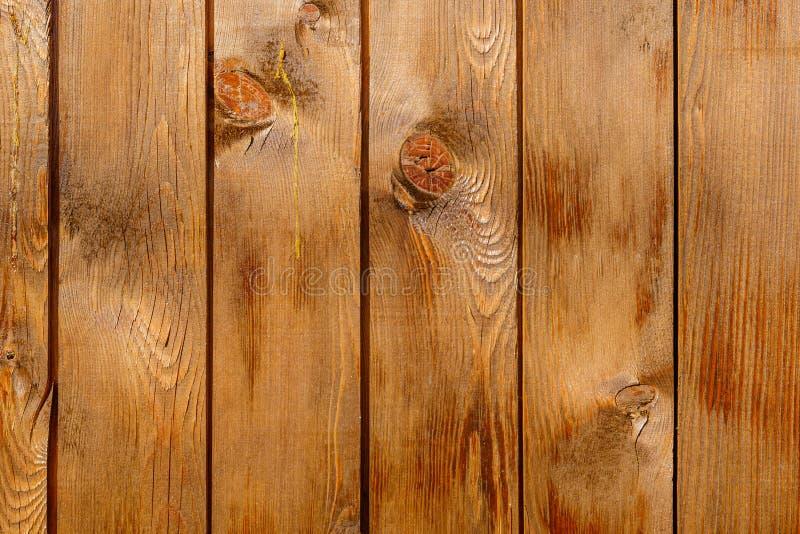 Rangée des conseils en bois bruns teintés avec des noeuds photos stock