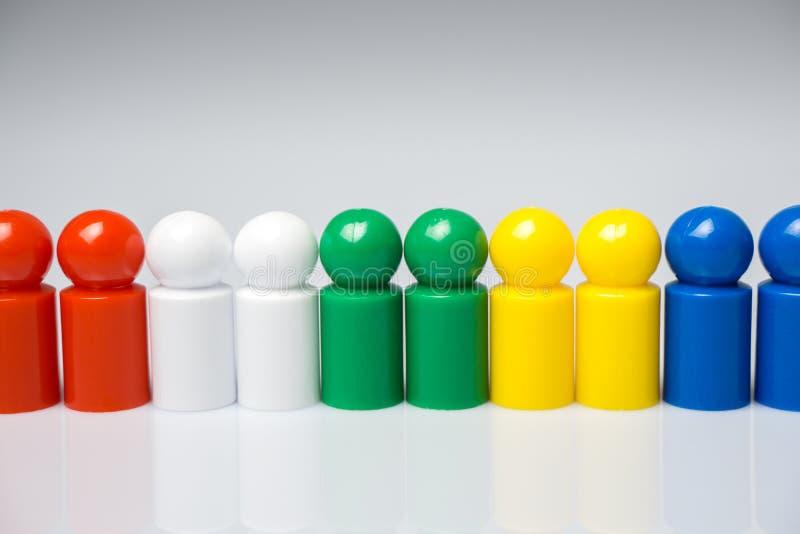 Rangée des gages colorés pour des jeux de société image libre de droits