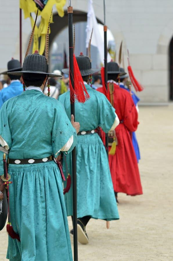 Rangée des gardes armées dans des uniformes traditionnels antiques de soldat dans la vieille résidence royale, Séoul, Corée du Su photos libres de droits