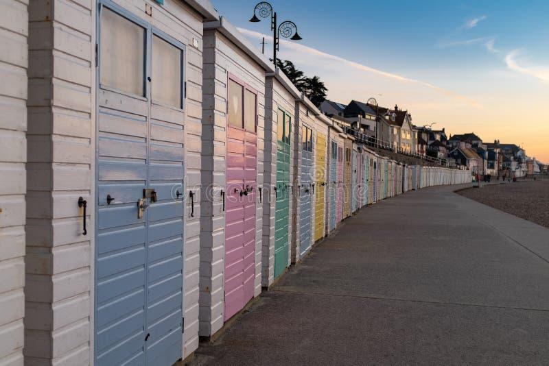 Rangée des huttes colorées de plage sur le bord de mer de Lyme REGIS image stock
