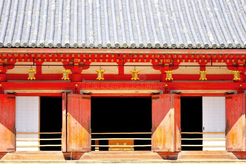 Rangée des lanternes d'or accrochant chez Daigo-JI, Kyoto, Japon images stock